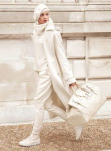 Read more about the article 50+ All-White Outfits for Winter
